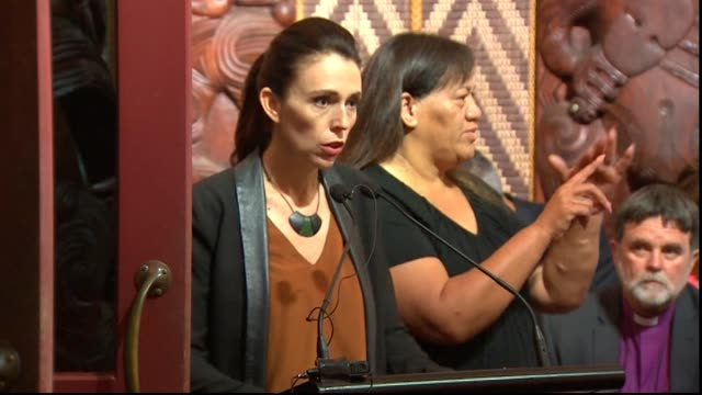 stockvideo's en b-roll-footage met prime minister jacinda ardern moving on to grounds and introducing reading in te reo māori at waitangi day 2018 dawn church service at waitangi... - bay of islands nieuw zeeland