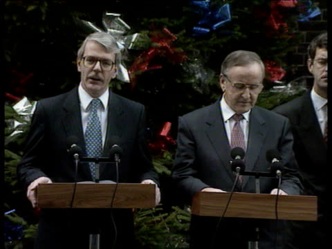 prime minister john major and irish taoiseach albert reynolds deliver address to press in downing street in front of christmas tree angloirish... - john major stock-videos und b-roll-filmmaterial