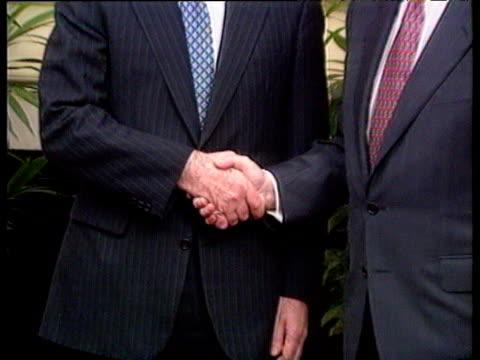 vídeos y material grabado en eventos de stock de prime minister john major and irish taoiseach albert reynolds shake hands zoom out to posed 2shot in 10 downing street reception angloirish... - primer ministro británico