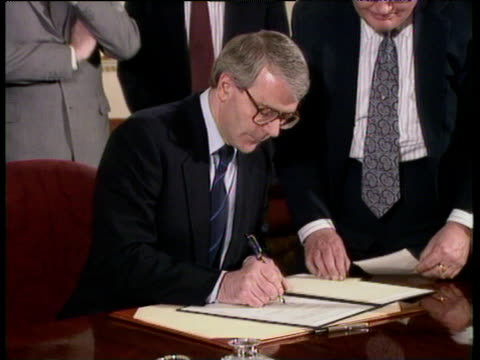 prime minister john major and president boris yeltsin sign joint declaration of friendship 10 downing street 30 jan 92 - signierstunde stock-videos und b-roll-filmmaterial