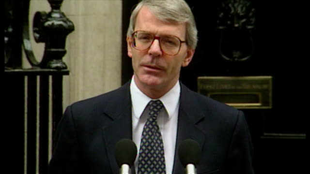 vídeos de stock e filmes b-roll de prime minister john major makes announcement to the press outside no. 10 downing street, calling the 1992 general election. on march 11, 1992. - 1992