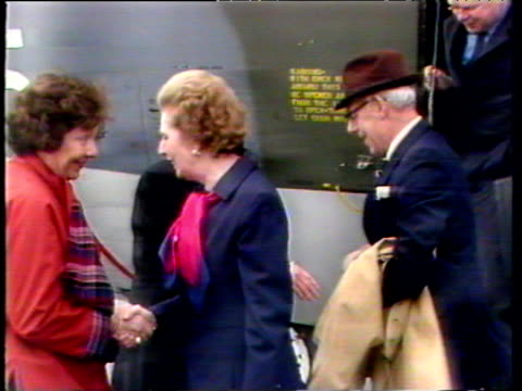 vídeos de stock e filmes b-roll de prime minister margaret thatcher disembarks hercules at stanley airfield and shakes hands with civil commissioner rex hunt and senior army officers... - ilhas malvinas