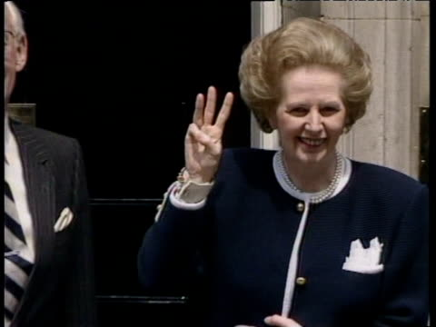 prime minister margaret thatcher holds up three fingers outside no 10 downing street following third general election victory 12 jun 87 - elezioni generali video stock e b–roll