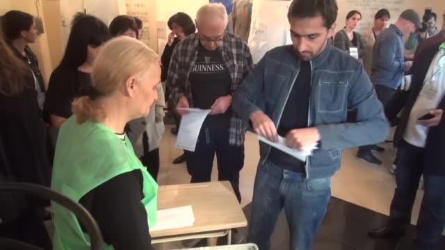 vídeos y material grabado en eventos de stock de prime minister of georgia giorgi kvirikashvil casts his ballot at a polling station with his wife maka tsinadze and his son nikols during the... - georgia