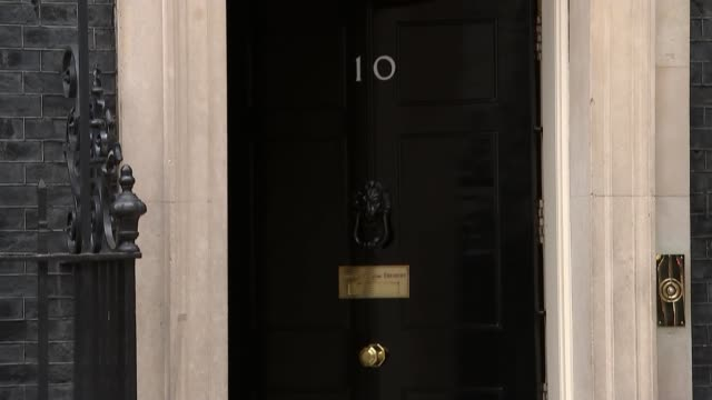 stockvideo's en b-roll-footage met prime minister of thailand prayut chanocha visits 10 downing street england london downing street no10 ext thresa may mp from car and into number 10... - downing street