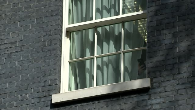 vídeos y material grabado en eventos de stock de prime minister theresa may calls general election prime minister theresa may calls general election curtain twitching in downing street window - squiggle