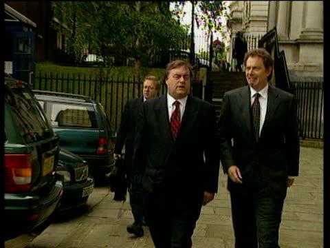 vídeos de stock, filmes e b-roll de prime minister tony blair and deputy prime minister john prescott walk side by side though millbank 23 jul 99 - um do lado do outro