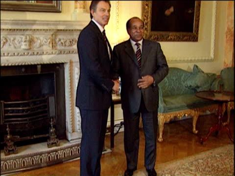 vídeos y material grabado en eventos de stock de prime minister tony blair and libyan foreign minister abdul rhaman shalgam shake hands downing street 10 feb 04 - primer ministro británico