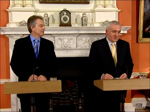 prime minister tony blair and taoiseach bertie ahern joint press conference england london downing street int tony blair mp and bertie ahern along to... - バーティ アハーン点の映像素材/bロール
