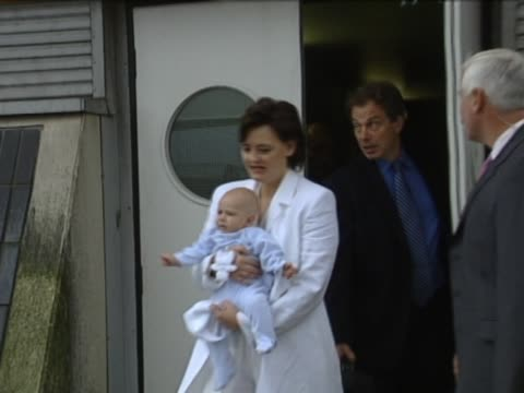vidéos et rushes de uk prime minister tony blair flies back from us after taking newborn baby leo on trip wife cherie carries baby out of airport door with tony blair... - bébé de 0 à 6 mois