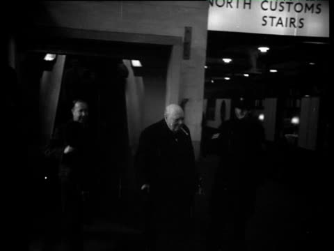 prime minister winston churchill walks on to station platform smoking cigar jan 53 - politik und regierung stock-videos und b-roll-filmmaterial