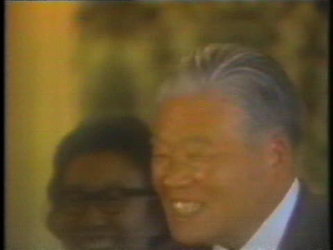 prime ministers masayoshi ohira and hua guofeng shake hands after arriving in tokyo in 1980. - (war or terrorism or election or government or illness or news event or speech or politics or politician or conflict or military or extreme weather or business or economy) and not usa点の映像素材/bロール
