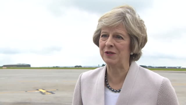 uk primeminister theresa may discussing the commitment from japanese car manufacturer nissan to stay in the uk - 国民投票点の映像素材/bロール