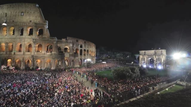 vídeos y material grabado en eventos de stock de primera semana santa del papa francisco voiced via crucis bajo el coliseo on march 30 2013 in rome italy - semana santa