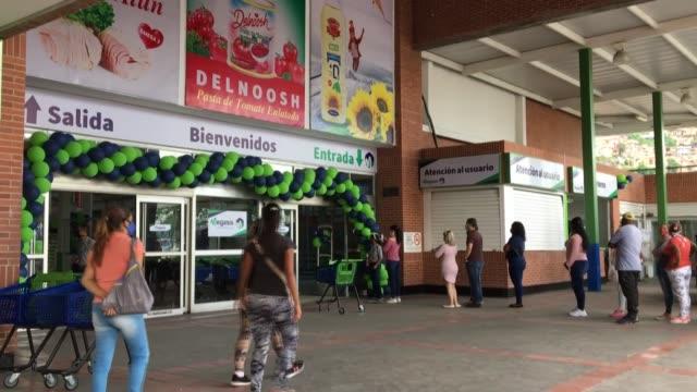 primero enviaron cinco buques con gasolina y, semanas después, un barco cargado de alimentos para inaugurar el primer supermercado iraní en venezuela - combustibile fossile video stock e b–roll
