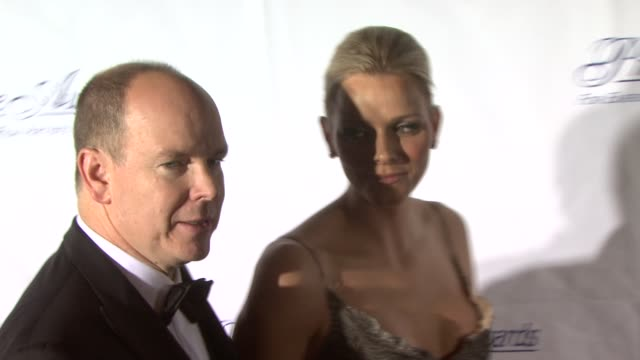 vídeos de stock, filmes e b-roll de hsh prince albert ii of monaco and charlene wittstock at the 2009 princess grace awards gala at new york ny - príncipe alberto ii de mônaco
