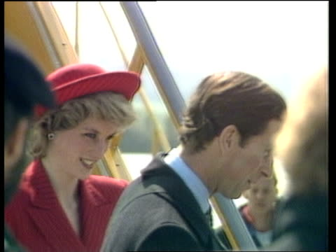 vídeos de stock, filmes e b-roll de prince and princess of wales arrive in vienna ***contains vienna schwechat airport concorde taxis lr ms nose of concorde swings round rl as airport... - 1986
