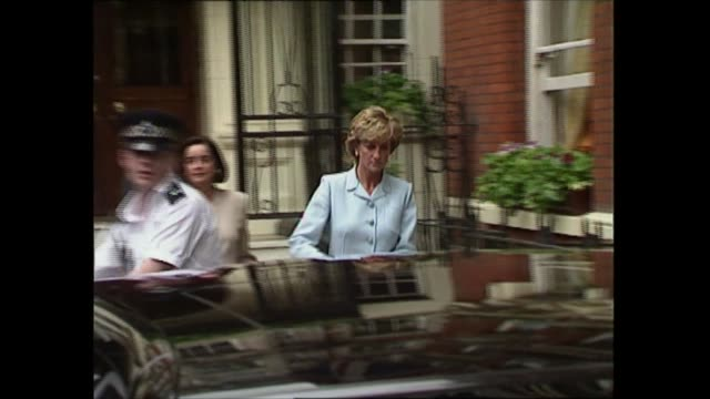 prince and princess of wales divorce: diana leaves dukes hotel; england: london: mayfair: st james place: dukes london hotel: ext diana, princess of... - 離婚点の映像素材/bロール
