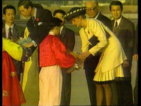 vidéos et rushes de prince and princess of wales have separated day s korea ms flowers presented to charles diana tx cms both seated in back of car not looking itn at... - 1992