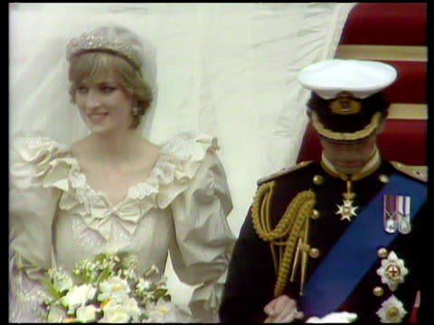 stockvideo's en b-roll-footage met prince and princess of wales leave st paul's cathedral arm in arm after wedding service royal wedding of prince charles and lady diana spencer london... - bruiloft