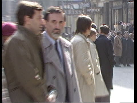 stockvideo's en b-roll-footage met prince and princess of wales visit vienna ms line of policemen in front of building ms green bus zoom in 'polizei' on front of bus ms group of... - polizei