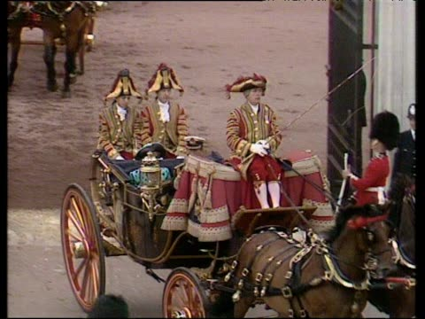 prince and princess of wales wave from horse drawn carriage leaving buckingham palace royal wedding of prince andrew and sarah ferguson 23 jul 86 - フットマン点の映像素材/bロール