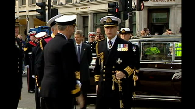 stockvideo's en b-roll-footage met prince andrew criticises bush administration on iraq war policy lib london trafalgar square ext prince andrew in full royal navy uniform saluting... - militair uniform