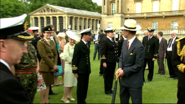vídeos de stock e filmes b-roll de prince charles and camilla attend a cadet garden party at buckingham palace prince edward chatting with cadets at garden party/ general views of army... - cadete