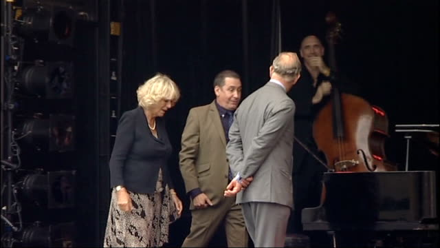 vidéos et rushes de prince charles and camilla attend garden party to make a difference event at clarence house; woman singing on stage, jools holland playing piano sot... - jools holland