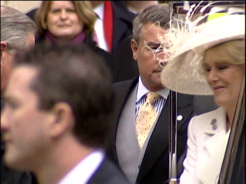 vídeos de stock e filmes b-roll de prince charles and camilla parker-bowles get out of car and enter registry office waving to crowd windsor; 9 apr 05 - employee engagement