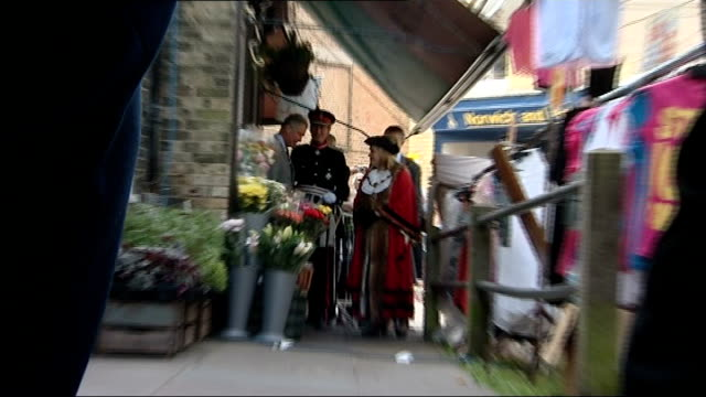 stockvideo's en b-roll-footage met prince charles and camilla visit to suffolk int charles and camilla in shop speaking to woman with basket of vegetables butchers with cameras /... - verantwoordelijkheid