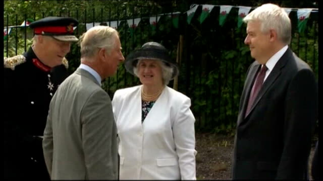 vídeos y material grabado en eventos de stock de prince charles and duchess of cornwall annual visit to wales day 4 wales aber valley senghenydd ext prince charles the prince of wales stepping from... - corona arreglo floral