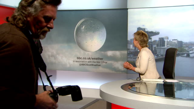 vidéos et rushes de prince charles and duchess of cornwall visit bbc scotland; **flashlight photography throughout** scotland: glasgow: pacific quay: bbc scotland: int... - bbc