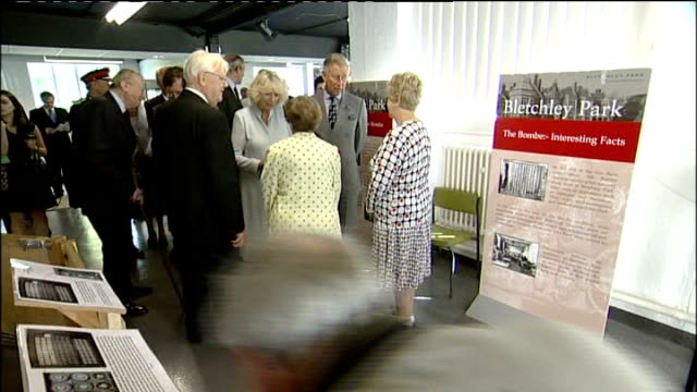 vidéos et rushes de prince charles and duchess of cornwall visit bletchley park; close ups of prince charles and camilla as meet staff at bletchley/ prince charles... - casser les codes