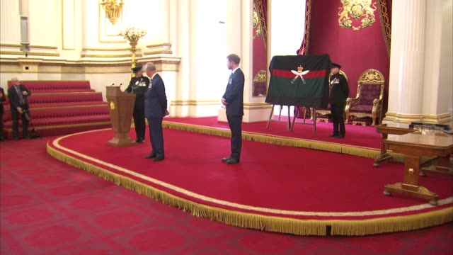vídeos y material grabado en eventos de stock de prince charles and prince harry honour gurkhas at buckingham palace prince charles presenting awards to gurkha soldiers for exemplary service /... - gurkha