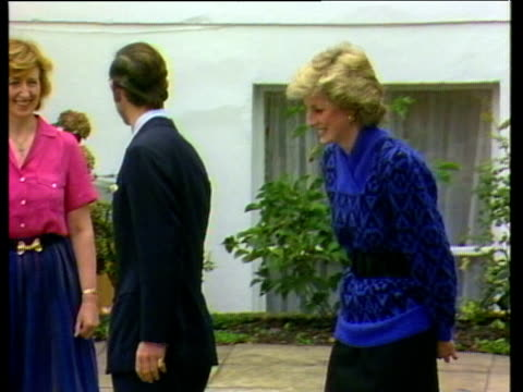 vídeos de stock, filmes e b-roll de prince charles and princess diana leave nursery school with head mistress having settled prince william in on his first day london 24 sep 85 - princesa diana