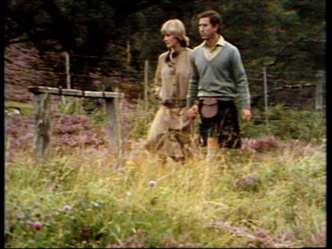 vídeos de stock, filmes e b-roll de prince charles and princess diana walk hand in hand through countryside during honeymoon balmoral 19 aug 81 - lua de mel
