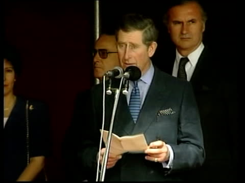 nicholas owen itn argentina buenos aires ext prince charles along as military band plays and people look on pan podium with military band in front... - principe carlo principe del galles video stock e b–roll