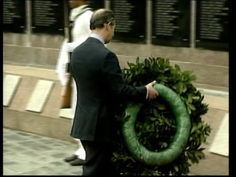 vidéos et rushes de prince charles arrives on visit; british pool argentina: buenos aires: ext police officers erecting barriers in street before visit of prince charles... - buenos aires