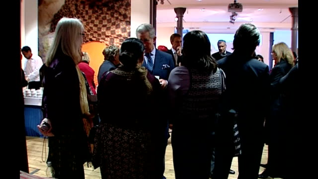 vidéos et rushes de prince charles attends an exhibition of pakistani textile crafts people with length of textiles / more of charles meeting people / various of... - châle