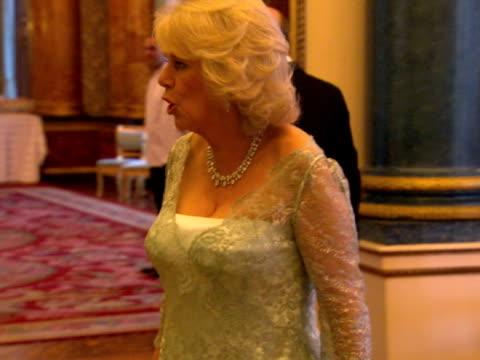 vídeos y material grabado en eventos de stock de prince charles camilla at sovereign dinner at buckingham palace on may 18 2012 in london england - palacio de buckingham