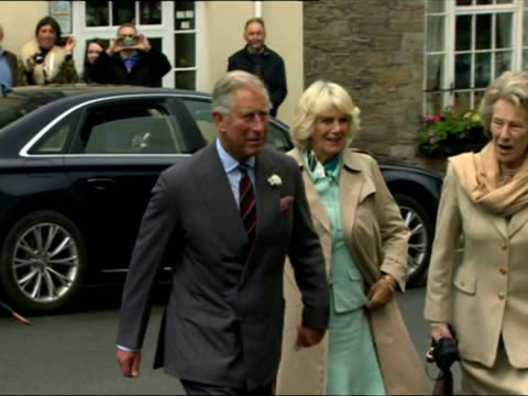 vídeos de stock e filmes b-roll de prince charles camilla duchess of cornwall visit hay festival on may 23 2013 in hayonwye wales - hay on wye