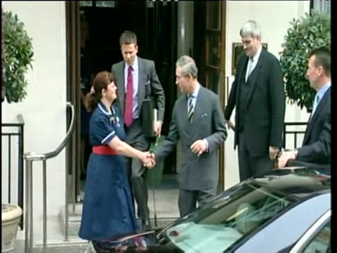 prince charles comes out of hospital and shakes hand with nurse waves and smiles to camera and gets into car 29 mar 03 - 退院点の映像素材/bロール