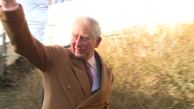 vidéos et rushes de visit to st mary the less church england county durham durham ext prince charles prince of wales chats to wellwishers on arrival at st mary the less... - durham angleterre