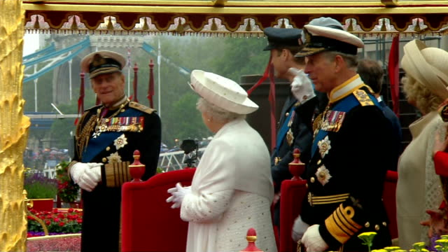 prince charles given 11.8 per cent pay rise; tx 3.6.2012 river thames: side view of queen elizabeth ii, prince philip, duke of edinburgh and prince... - diamond jubilee stock videos & royalty-free footage