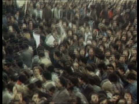 vidéos et rushes de visit to bam earthquake site lib footage crowd of protestors holding pictures of ayatollah khomeini as shot at by military police crowd celebrating... - iran
