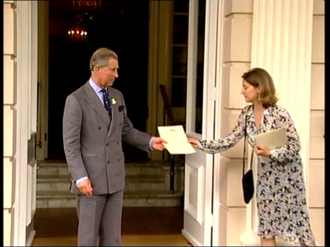stockvideo's en b-roll-footage met prince charles meets finalists of the ashden awards england london clarence house prince charles prince of wales handing out award to people at... - spelkandidaat