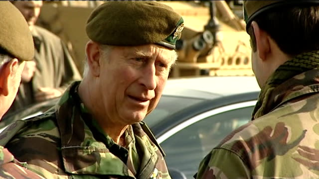 vídeos de stock, filmes e b-roll de prince charles meets soldiers on visit to salisbury plain england wiltshire salisbury plain ext prince charles prince of wales from car dressed in... - uniforme militar
