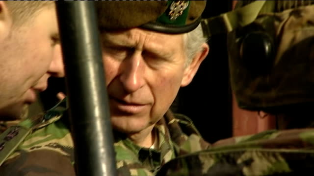 vidéos et rushes de prince charles meets soldiers on visit to salisbury plain; soldiers lined up outside tent in bullet proof vests, some with mine detecting equipment /... - infanterie