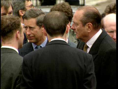 prince charles popularity; lib scotland: glasgow: easterhouse estate: ext various of prince charles and jacques chirac chatting to community leaders - ちやほや点の映像素材/bロール